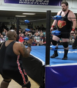 Barackus (left) tries to intimidate Big Dave Osborne with the threat of the claw hold.  Photo: Maurice Ramsey